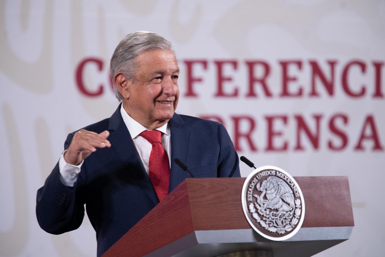 """AMLO insiste que el cubrebocas """"no es indispensable"""", pero López-Gatell dice que México es uno de los países que más lo usa"""